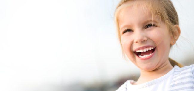 mosolygó gyerek szép fogakkal